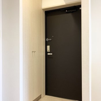 キッチンと水廻りに挟まれた位置に玄関が。(※写真は8階の同間取り別部屋のものです)