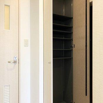 床から天井までのシューズボックスは1段に3足くらいのサイズ感の可動棚。(※写真は8階の同間取り別部屋のものです)