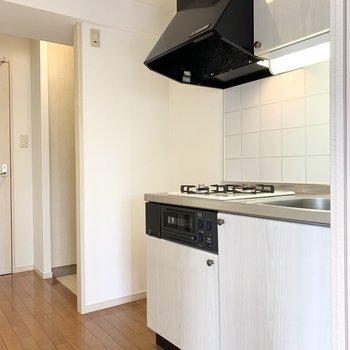 ドアを出てすぐの位置にキッチン。冷蔵庫置場もしっかりお隣に。(※写真は8階の同間取り別部屋のものです)
