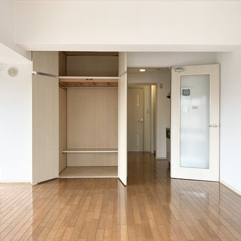 収納は奥行きが深く大容量です。(※写真は8階の同間取り別部屋のものです)