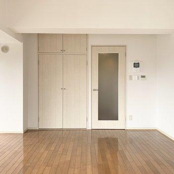 北側にはドアと収納。(※写真は8階の同間取り別部屋のものです)