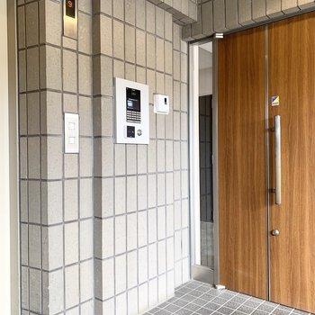 各階エレベーターホールにオートロックが付いています。
