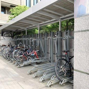 自転車置場はアプローチの脇に。