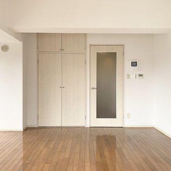 北側にはドアと収納。