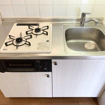 作業スペースは少しコンパクトですが、グリル付きでお料理の幅が広がる2口ガスコンロのシステムキッチンです。