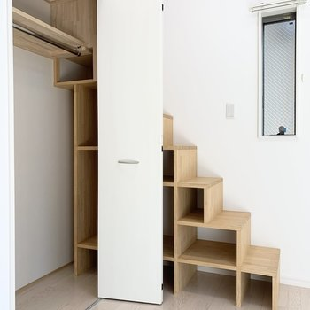 実は箱型階段がクローゼット内まで続いているんです。バックの収納や小物の収納に重宝しそう◎(※写真は1階の反転間取り別部屋のものです)