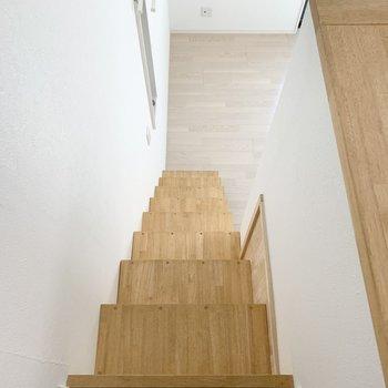 今度は階段をおりて、(※写真は1階の反転間取り別部屋のものです)