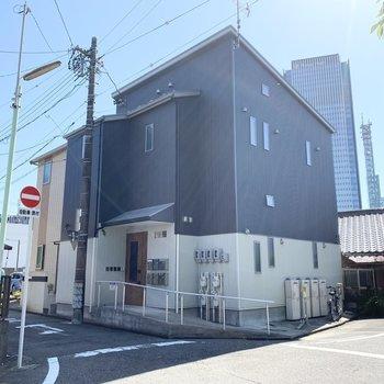 名古屋駅から徒歩9分の2階建てアパートです。