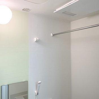 浴室乾燥機と開閉可能な窓も付いています。(※写真は1階の反転間取り別部屋のものです)