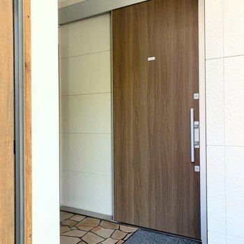 引戸の玄関は珍しいですね。