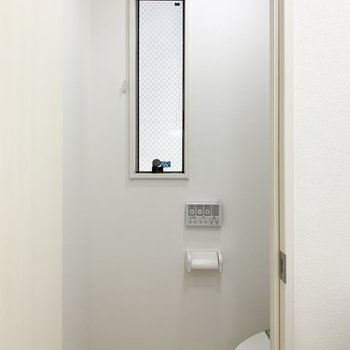 なんとおトイレも窓付。水廻りの換気ができるのは嬉しいですよね◎(※写真は1階の反転間取り別部屋のものです)