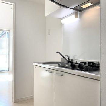 ドアの脇にはキッチンが。しっかり冷蔵庫のスペースも用意されています。(※写真は1階の反転間取り別部屋のものです)