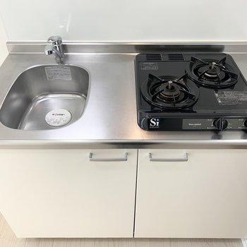 2口ガスコンロのキッチン。作業スペースは少しコンパクトですのでシンクボードや作業ワゴンがあると良さそうです。(※写真は1階の反転間取り別部屋のものです)