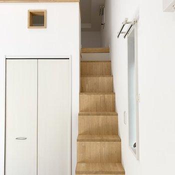そんな階段をのぼってロフトへ。(※写真は1階の反転間取り別部屋のものです)