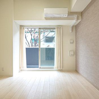 洋室は約8.5帖。インテリアにこだわっても、そのままでも居心地の良い明るい内装。
