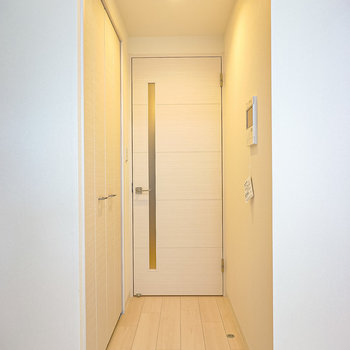キッチンへのドア前にはクローゼット。