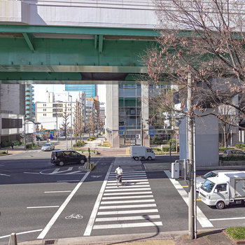 お部屋は2階。道行く人や車が見えます。
