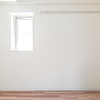 角部屋なのでサイドには小窓付き。服を掛けたり、インテリアにも使えるピクチャーレール付き。
