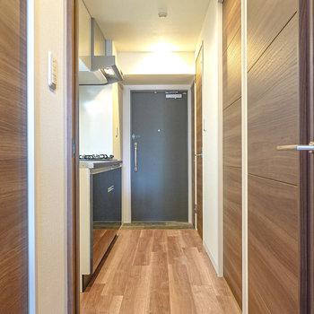 ドアを開けると左手にキッチン。右手前が脱衣所で、右奥がトイレ。