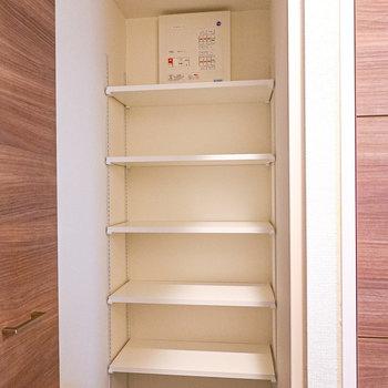 中は高さの変えられる棚付き。シーンに合わせた靴選びができますね。(※写真は2階の同間取り別部屋のものです)