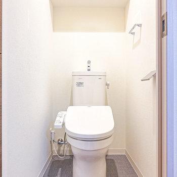 トイレは嬉しいウォシュレット付き。(※写真は2階の同間取り別部屋のものです)
