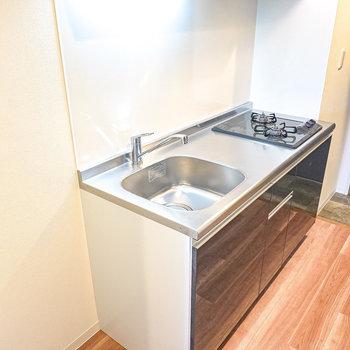 自炊もできる広さのあるキッチン。早く帰ってきたら自分の為に料理を作ろう。(※写真は2階の同間取り別部屋のものです)