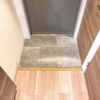 タイル模様がカッコいい玄関。靴箱は右の扉の中に。(※写真は2階の同間取り別部屋のものです)