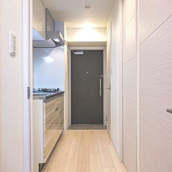 ドアを開けると左手にキッチン。右手前が脱衣所で、右奥がトイレ。(※写真は2階の同間取り別部屋のものです)