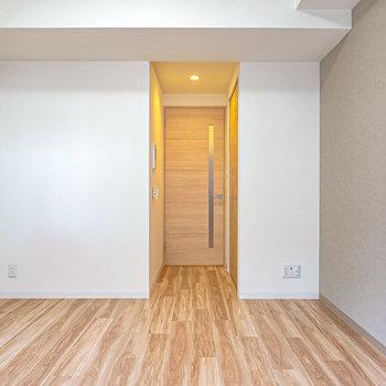 洋室は約8.5帖。インテリアにこだわっても、そのままでも居心地の良い明るい内装。(※写真は2階の同間取り別部屋のものです)