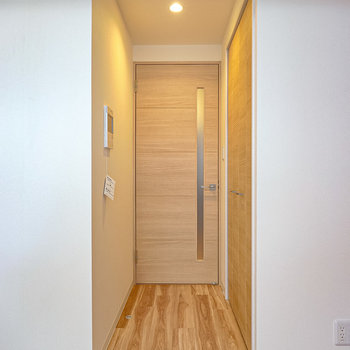 キッチンへのドア前にはクローゼット。(※写真は2階の同間取り別部屋のものです)