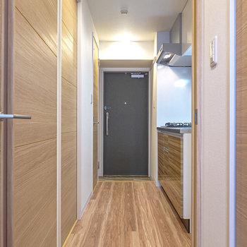 ドアを開けると右手にキッチン。右手前が脱衣所で、右奥がトイレ。(※写真は2階の同間取り別部屋のものです)
