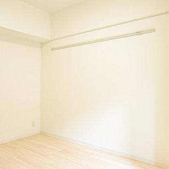 服を掛けたり、インテリアにも使えるピクチャーレール付き。(※写真は2階の同間取り別部屋のものです)