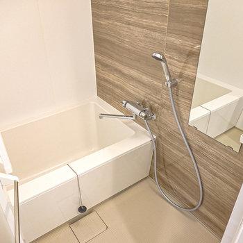 ゆったりサイズのお風呂で一日の疲れを癒やしましょう。追い焚き付きだから長風呂もできますよ。(※写真は2階の同間取り別部屋のものです)