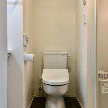 右手のドアを開けるとトイレなどがまとまっていました。※写真は前回募集時のものです