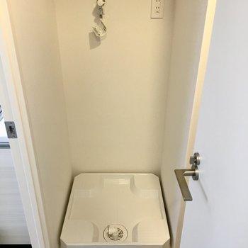 廊下に出てすぐ左手には洗濯機置き場が。※写真は前回募集時のものです