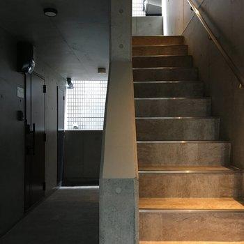 階段を下って、