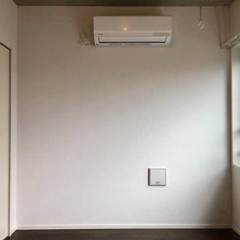 振り返ると白い壁。ベッドは右奥ですかね~※写真は前回募集時のものです