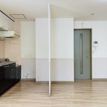 キッチンスペースとリビングを壁一枚で!(※写真は清掃前のものです)