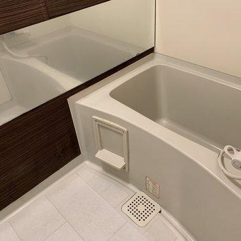 お風呂場にはブラウンの落ち着くアクセント(※写真は清掃前のものです)