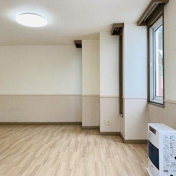 お部屋の形も変わってます。リビングの窓は北西向き(※写真は清掃前のものです)