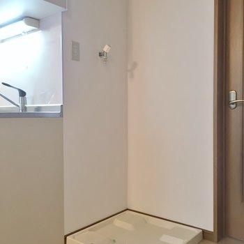 キッチンの横に冷蔵庫と洗濯機を置くスペース。※写真は同タイプの別部屋