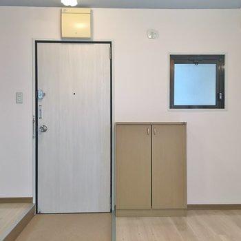 玄関を開けるとリビングが丸見え。※写真は同タイプの別部屋