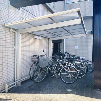 屋根付きの自転車置場。
