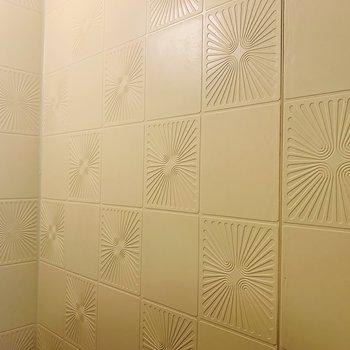 壁の模様に60年台っぽい雰囲気を感じます。