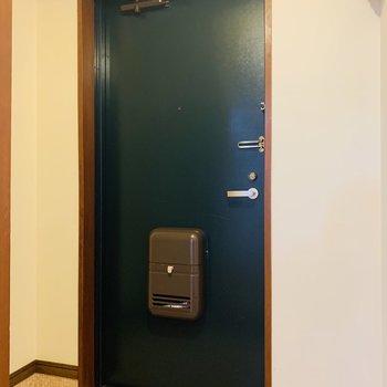 玄関スペース。扉の深緑もお部屋とマッチしてなかなか素敵。