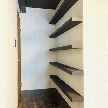 入り口には棚が。アクセサリーから本まで、たくさん置けちゃいますね。