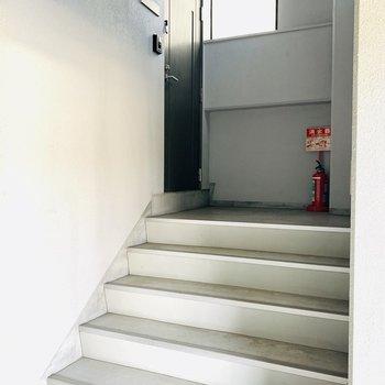 階段を少し登ったところに玄関。