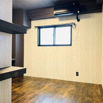 そして洋室へ。エアコンまでお部屋の雰囲気に合わせているんです。
