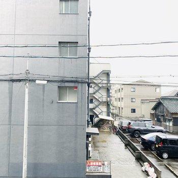 眺望はビル。その横は駐車場なので開けています。