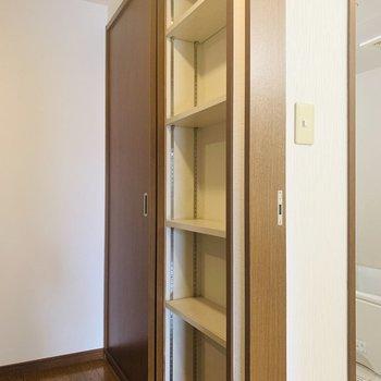 ユーティリティー出てすぐに収納スペース。何かと多くなるバスグッズや洗濯グッズを。